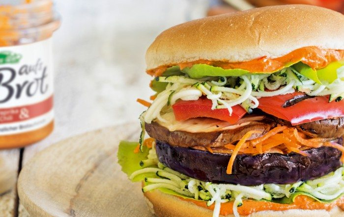 Leckerer Veggie Burger mit Allos aufs Brot.
