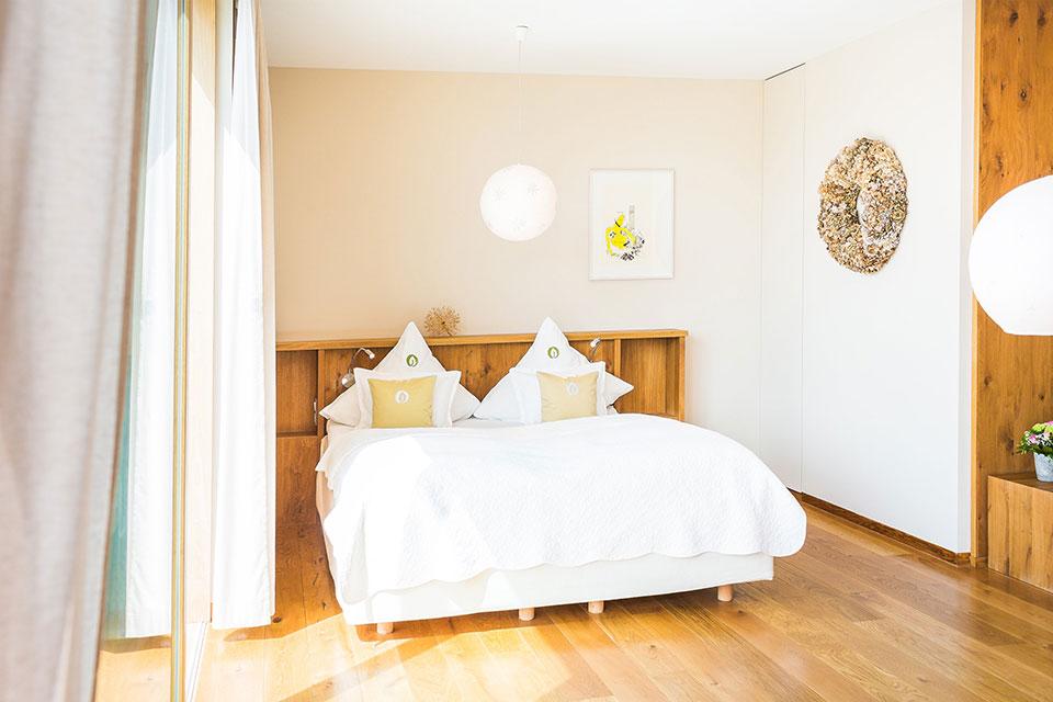 Die Zimmer des Hotels Einfach schön in Dresden begeistern durch das Zusammenspiel verschiedener Naturmaterialien wie unbehandeltes Eichenholz und Jurakalksandstein, sodass in den Gästezimmern mit Doppelbett Holz und weiß vorherrschend sind.