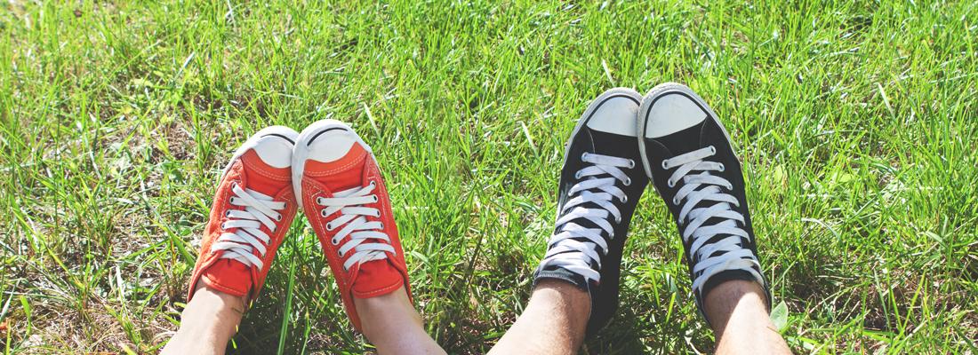Füße auf Wiese