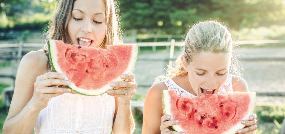Zwei Frauen essen Wassermelone