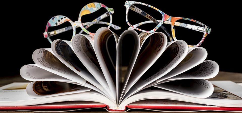 Brillen liegen auf Buch