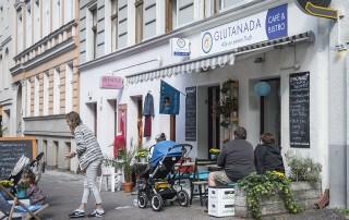 Das Restaurant Glutanda in Berlin Kreuzberg sieht mit den Außensitzgelegenheiten, der blau-weißen Markise und den dekorativen Pflanzen besonders einladend aus.