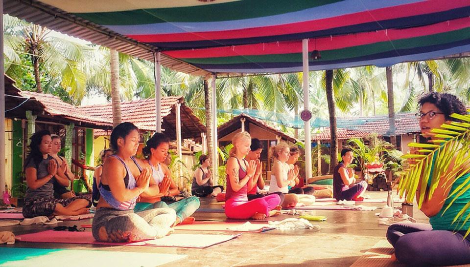Eine Gruppe beim Praktizieren von Yoga