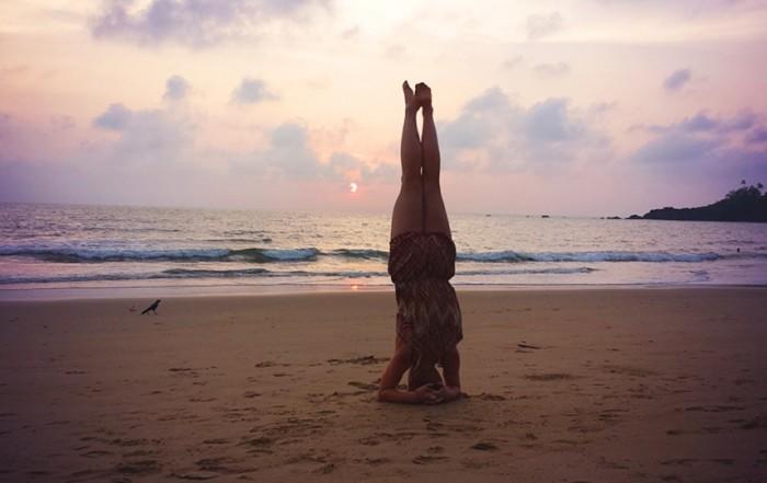 Patricia Fuchs beim Yoga an einem Strand in Indien