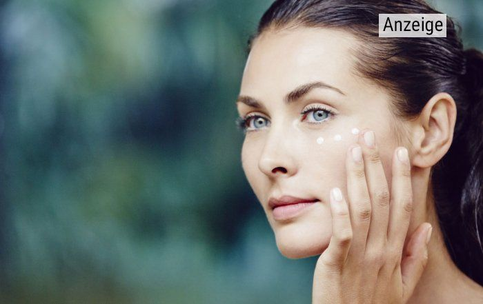 Eine Frau pflegt ihre Haut mit Naturkosmetik von Cattier Paris