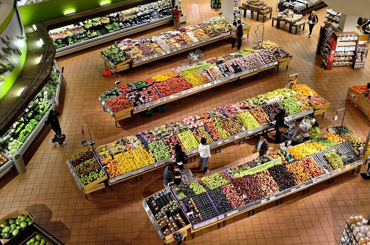 Die Frischwarenabteilung eines Supermarktes mit großer Auswahl verschiedener Sorten.
