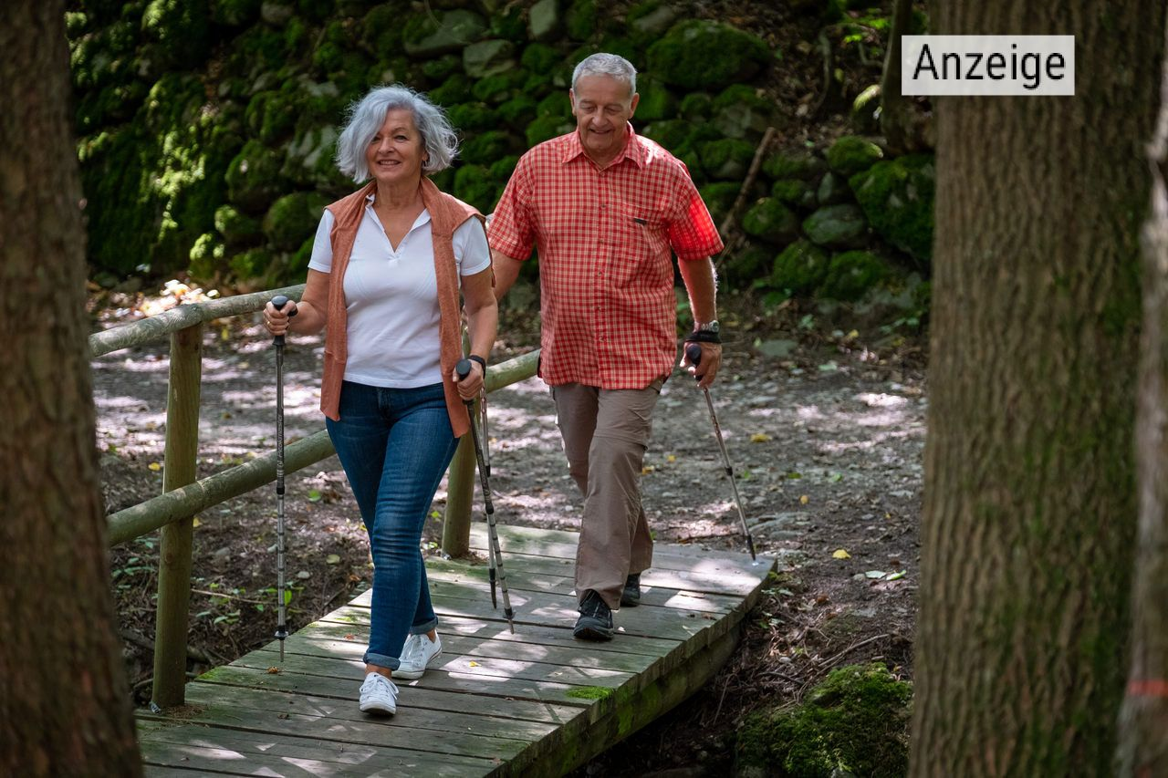 Senioren-Paar wandert durch den Wald