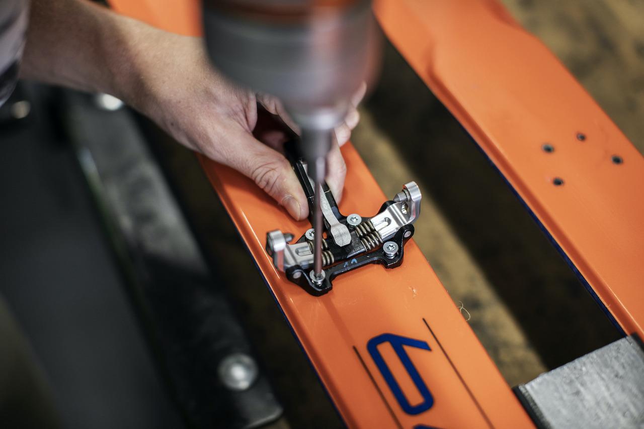 Montage einer Dynafit Pin-Bindung auf einem Ski