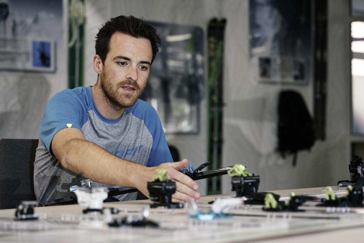 Technischer Leiter für Bindungen bei Dynafit Manuel Aumann bei der Arbeit an einer Maschine