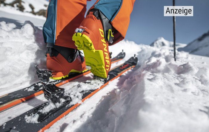 Nahaufnahme Ski, Skischuh und Skitourenbindung von Dynafit im Schnee