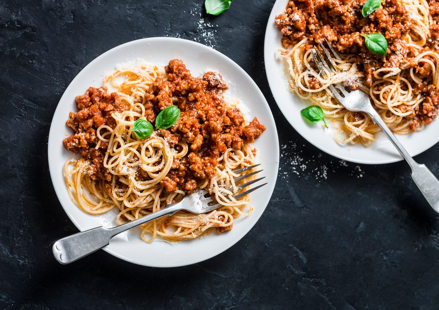 Zwei Teller mit selbstgekochter vegetarischer Bolognese.