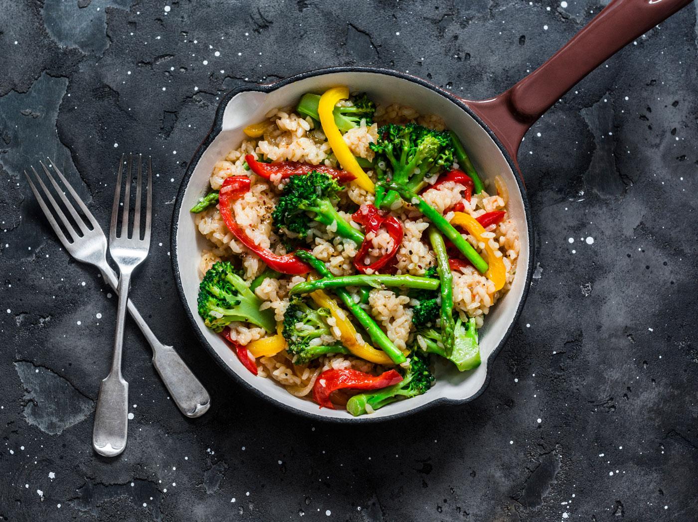 Draufsicht auf eine Pfanne mit dem vegetarischen Gericht Gemüse und Reis