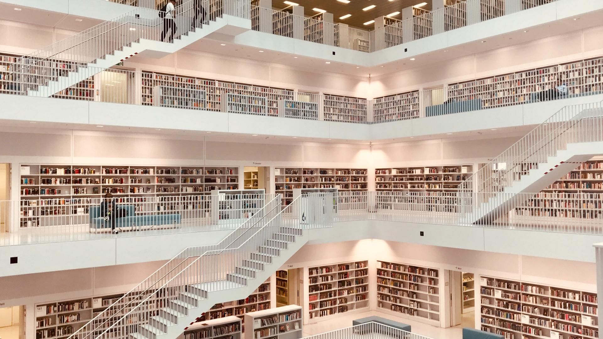 Bücherregale über mehrere Etagen in der Bibliothek in Stuttgart