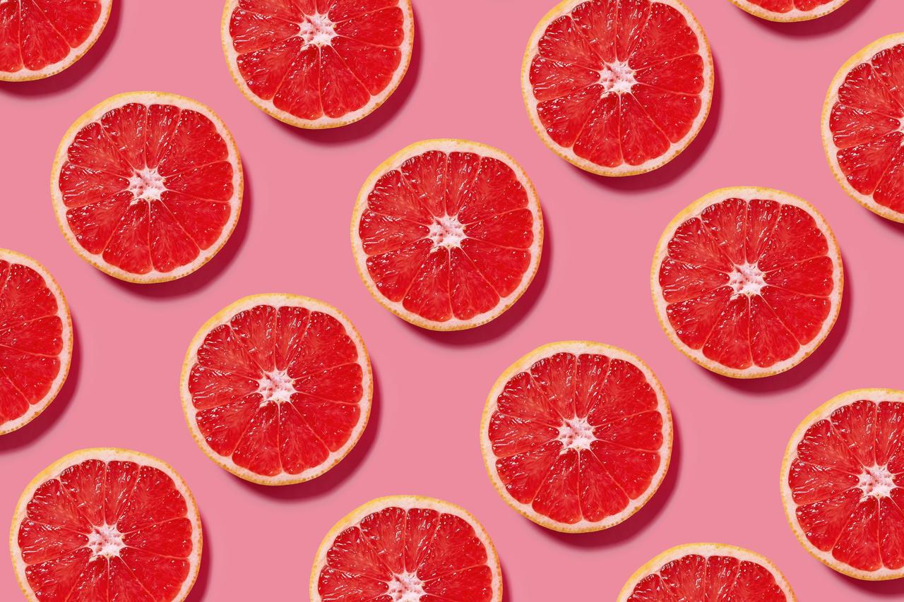 Aufgeschnittene Blutorangenscheiben symbolisieren menstruierende Personen.