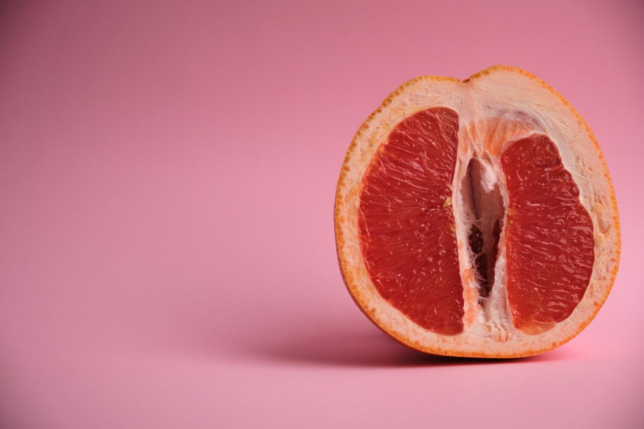Halbierte Pampelmuse als Symbolbild für Menstruation