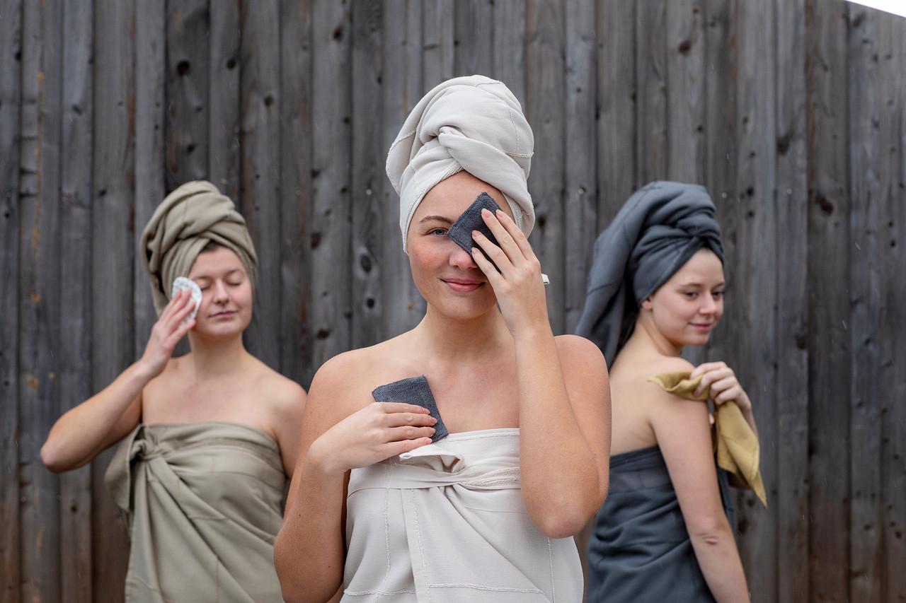 Drei Frauen posieren mit Badtextilien wie Handtücher und Abschminken-Pads aus Biobaumwolle von KOTOR1710