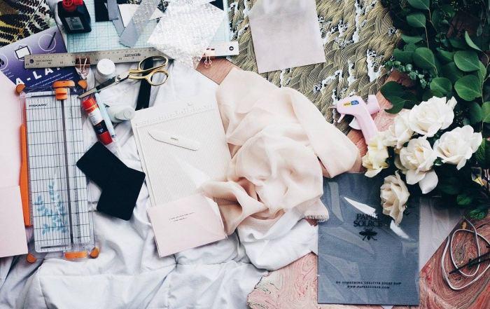 Utensilien für ein Upcycling-Nähprojekt, um Kleidung wieder aufzuwerten