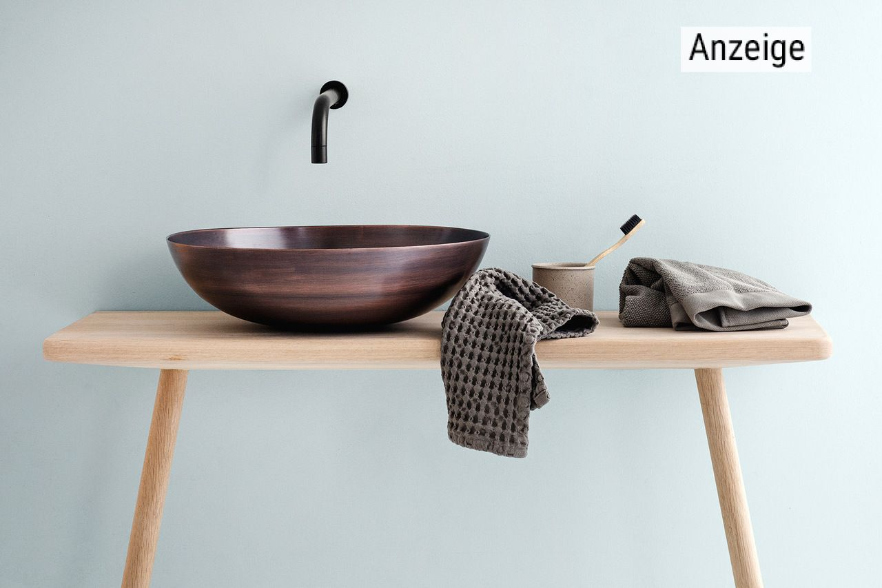 Modernes Waschbecken mit nachhaltigen Badtextilien von KONTOR1710