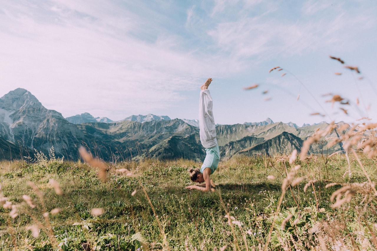 Yogakopfstand in der Natur