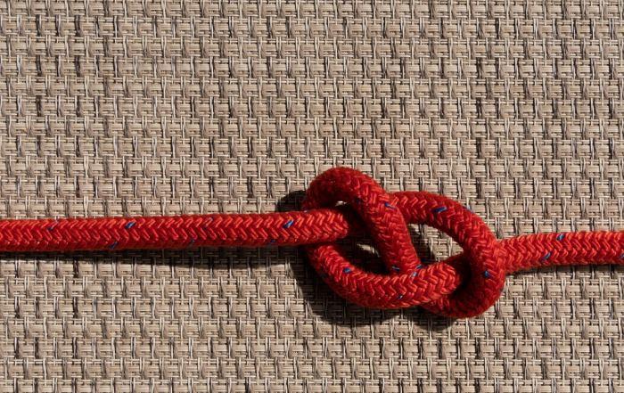 Rotes stabiles Seil mit Achtknoten symbolisch für einen erkrankten Darm