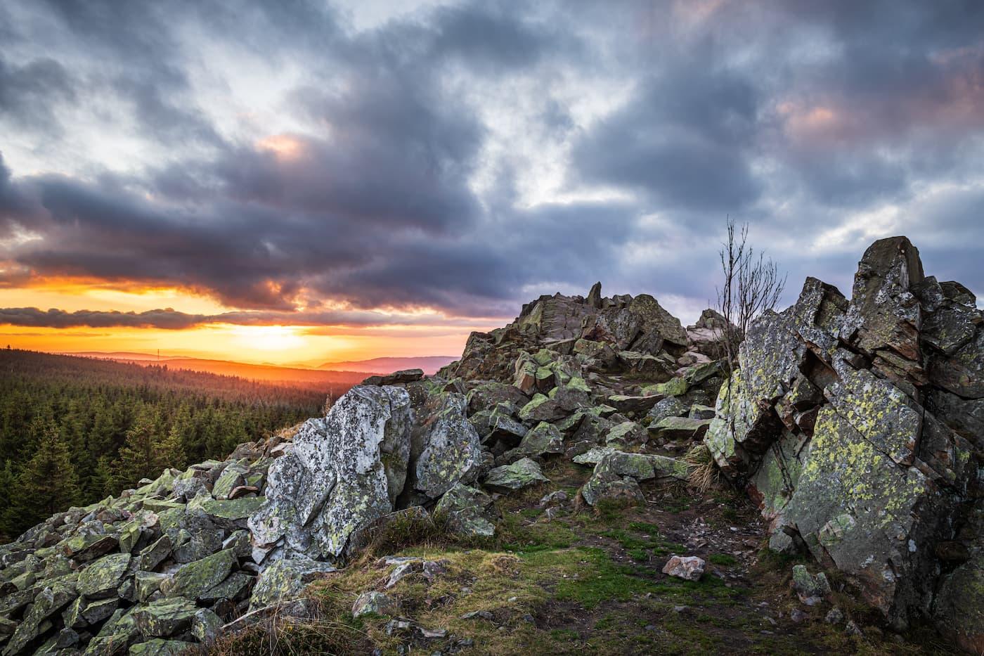 Felsformation auf einem Berg im Harz in Niedersachsen während des Sonnenuntergangs.