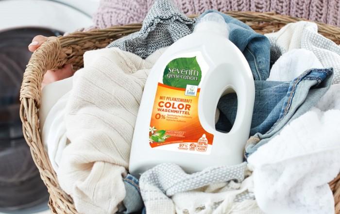 Auf der Schmutzwäsche in einem Waschkorb liegt das Bio Waschmittel von Seenth Generation, das schonend zur Umwelt ist.