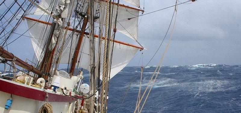 Auf dem Ocean College Segelschiff werden Schüler unterrichtet.