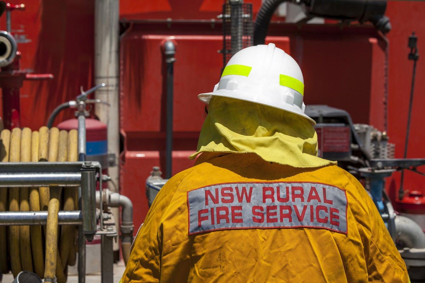 Australischer Feuerwerhrmann in gelber Schutzjacke