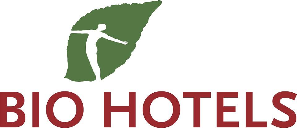 Das Logo der Biohotels zeigt ein grünes Blatt in dem die Silhouette eines Menschen ausgeschnitten ist und darunter in dunkelrotn Versalien den Namen Bio Hotels.