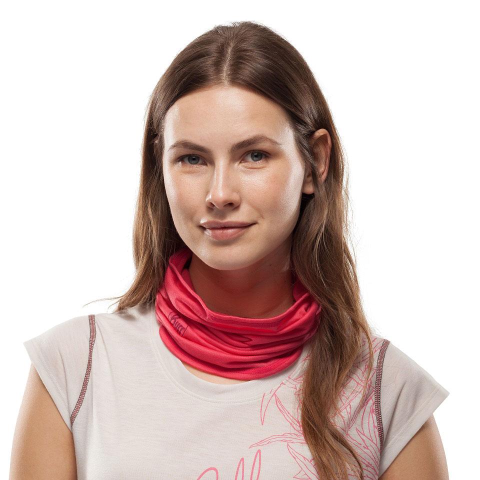 Eine junge Frau mit offenen braunen haaren trägt ein rotes, multifunktionales Schlauchtunch der Firma Buff um den Hals und zeigt damit eine der zahlreichen Tragevarianten dieses Tuchs.