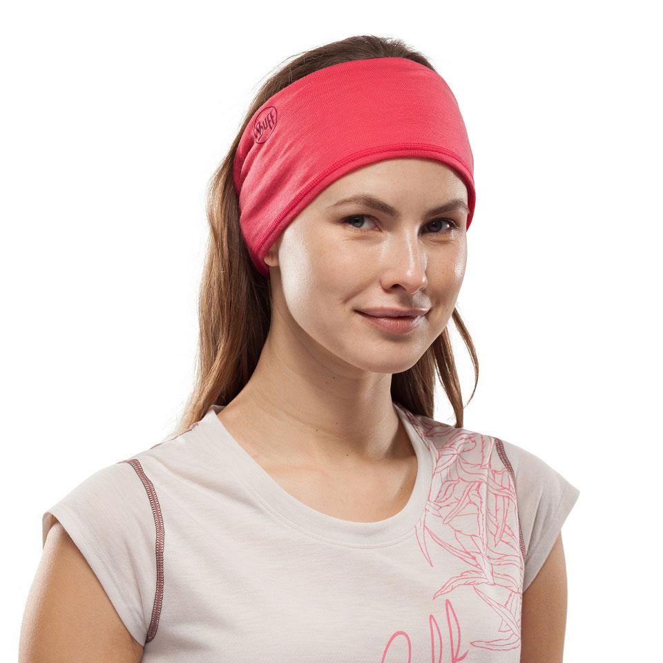 Eine andere Tragevariante zeigt dieses Bild einer jungen Frau mit brünettem Haar: Sie trägt das Multifunktionsschlauchtuch als breites Stirnband.