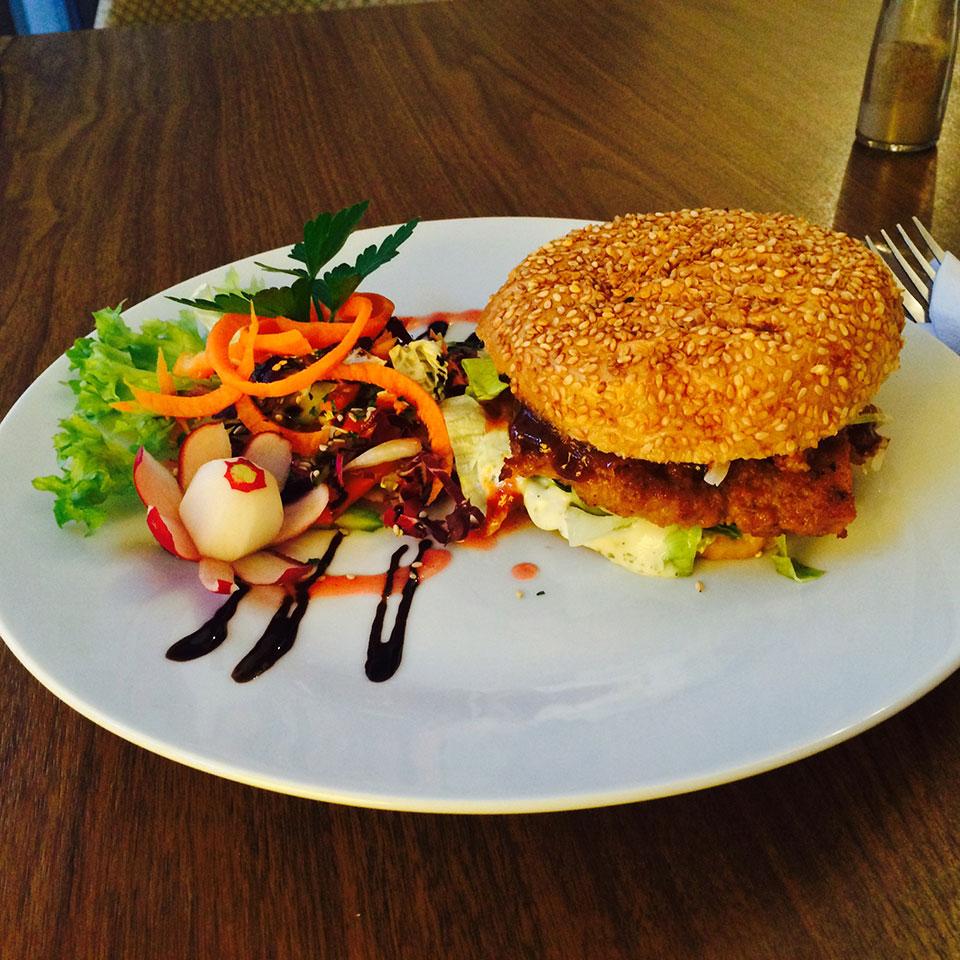 Der Vegane Burger im Restaurant Falscher Hase in Dresden kann auch ohne Beef-Pattie überzeugen, insbesondere wenn er so appetitlich mit einem Salatbouquet mit Karotten und Balsamico-Dressing angerichtet wird.