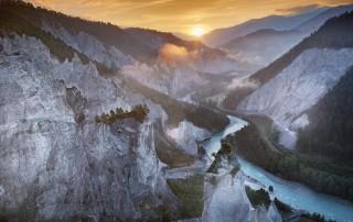 Die Rheinschlucht in der Schweiz zeigt sich hier während der Golden Hour und wirkt in dem goldenen Licht des Sonnenuntergangs besonders schön.