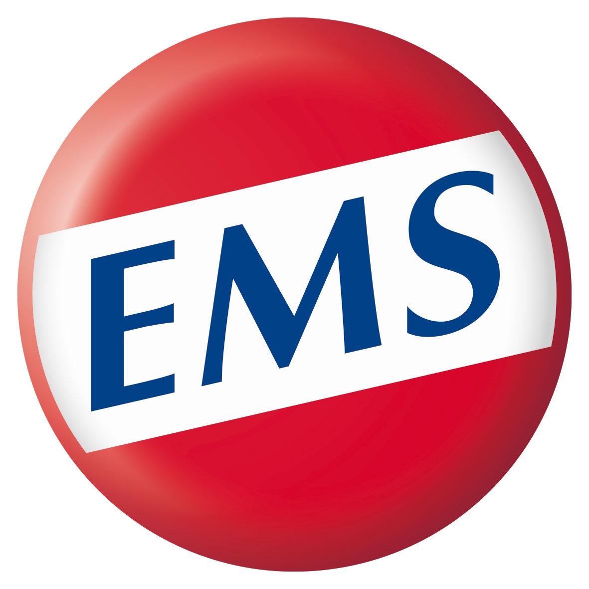 Das Logo von Emser erkennt man an dem leuchtend roten Kreis in dem auf weißem Hintergrund die blauen Buchstaben EMS zu sehen sind.