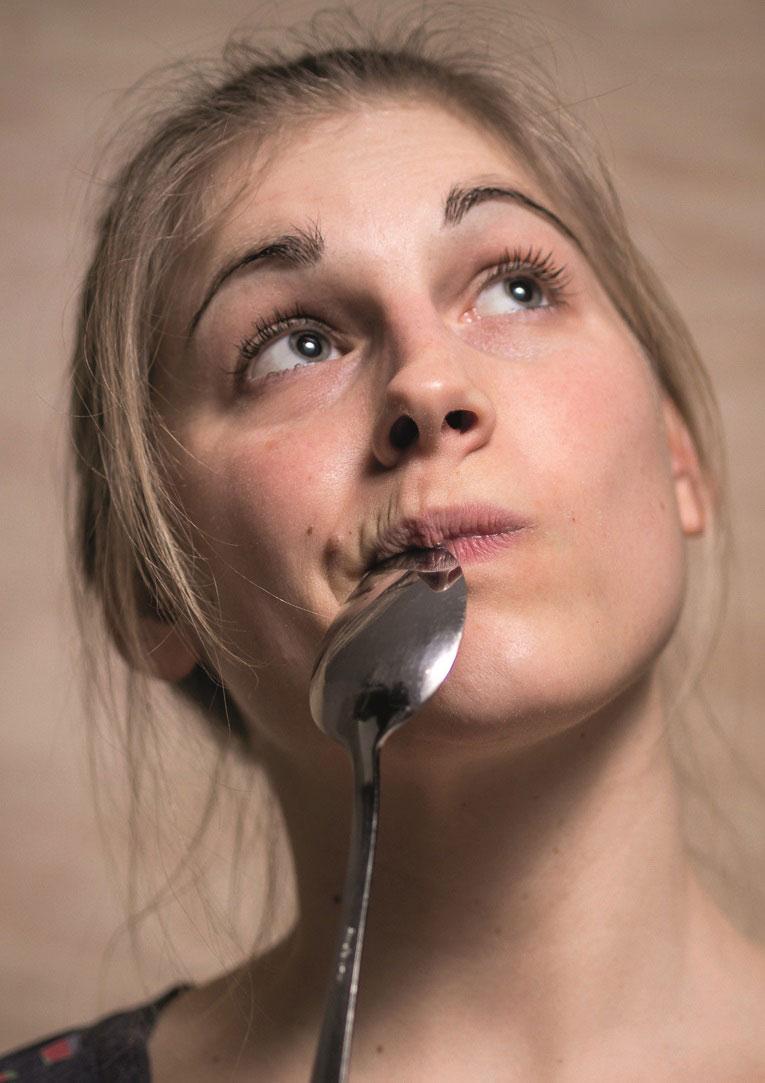 Die vegane Köchin Estella Schweizer aus Regensburg denkt sich gerne neue Rezeptkreationen aus. © Axel Hebenstreit