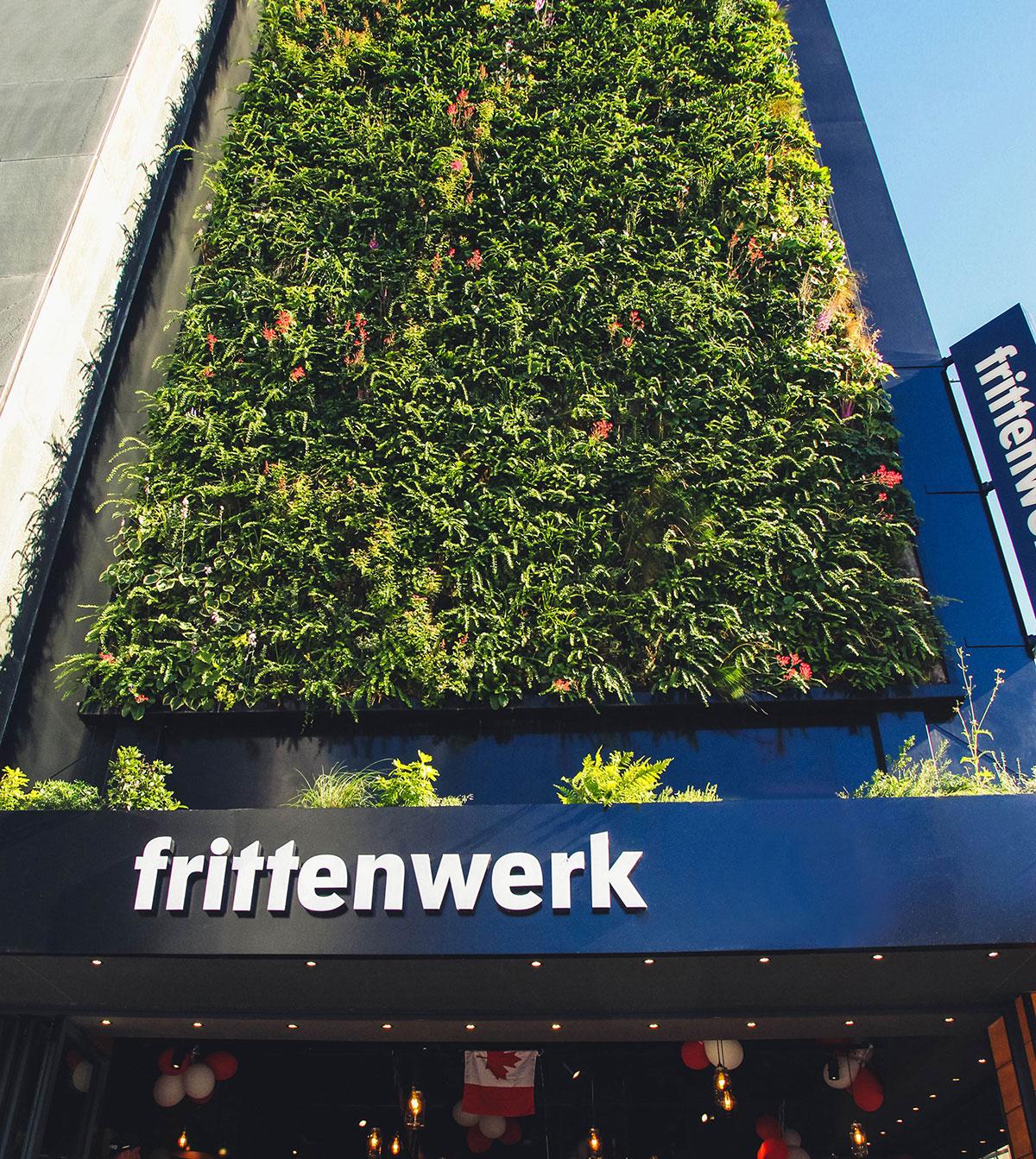 Die Außenfassade mit Pflanzenwand von Frittenwerk