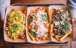 Drei Pommes-Gerichte mit verschiedenen Soßen und Toppings