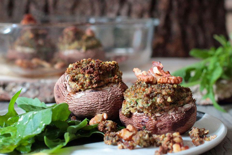 Die gefüllten Riesenchampignons schmackhaft arrangiert mit Walnüssen und grünem Rucola. © Michael Groll