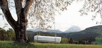Bett hängt an Baum