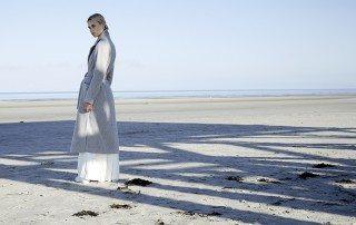 Kleid und Mantel: Ivy & Oak Sneaker: Veja