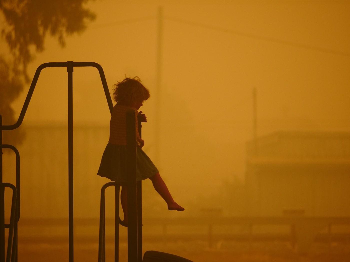 Ein kleines Mädchen auf einem Spielplatz während der Feuer in Australien am 5. Januar 2020.