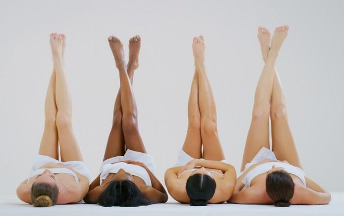 Frauen präsentieren ihre glatten Beine