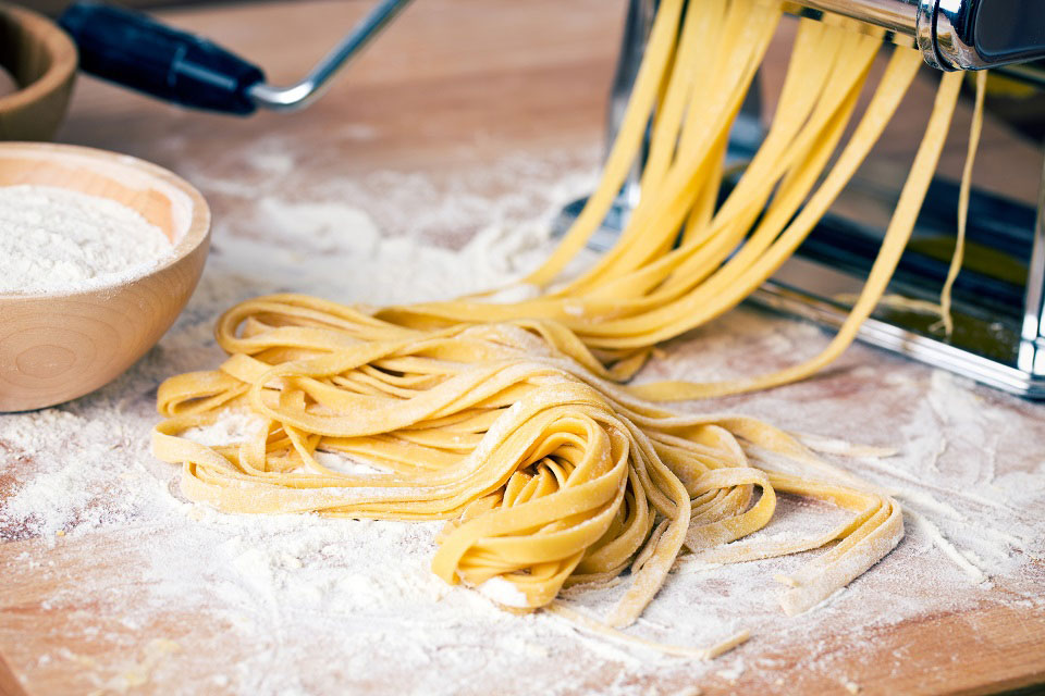 Mit einer Nudelmaschine lässt sich Pasta einfach selbst herstellen. Foto © Jiri Hera / Shutterstock
