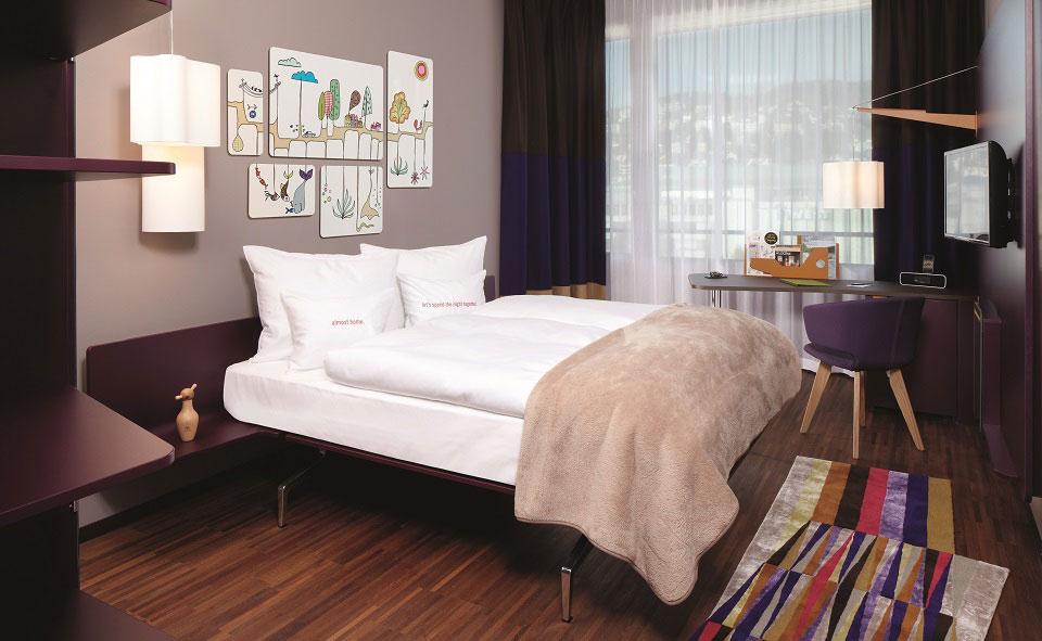 Die modern eingerichteten Zimmer im Züricher Hotel 25hours sind nicht nur komfortabel, sie sind auch mit Kunstwerken und gemütlichem Mobiliar ausgestattet.