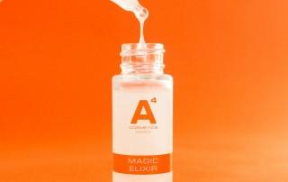 Aus der dazugehörigen Pinpette tropft das Serum von A4 Cosmetics zurück in die gläserne Flasche.