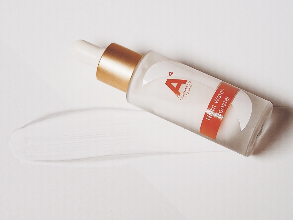 Das A⁴ Cosmetics Nachtpflege Serum gibt der Haut zurück, was sie benötigt.