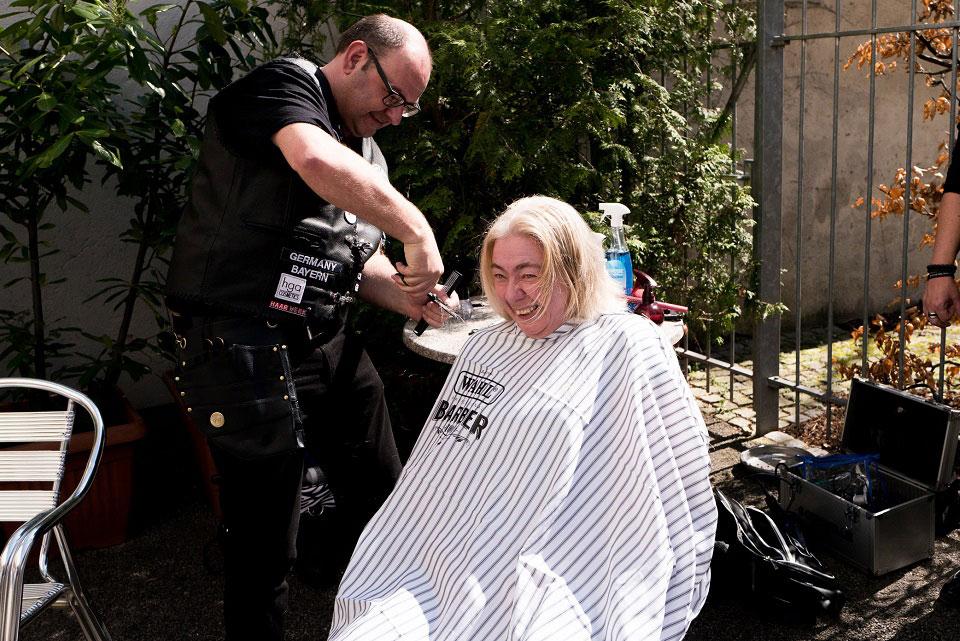 Die Barber Angels schneiden Obdachlosen und Bedürftigen die Haare
