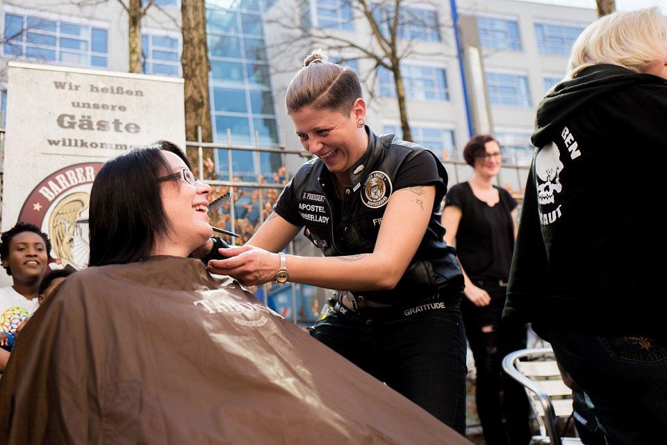 Tina schneidet Melanie die Haare