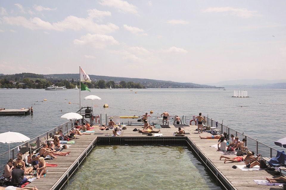Am Züricher See sonnen sich die Schweizer auf einem Holzsteg, der sowohl Zugang zum see selbst als auch in einen Naturwasser-Pool hat. Foto © Elisabeth Real