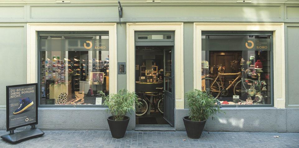 In einem Haus mit mintfarbene Fassade und großen Schaufenstern findet man den Circle-Concept-Store in der Züricher Innenstadt, der nicht nur stylische und fair produzierte Fahrräder verkauft, sondern auch nachhaltige Schuhe und umweltfreundliche Accessoires im Sortiment führt.